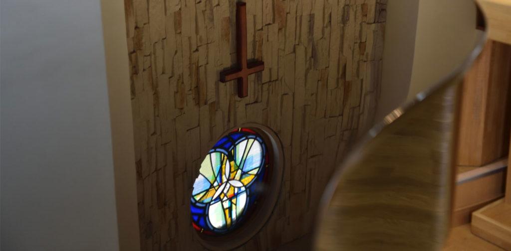 市川グレース教会 ステンドグラスと十字架です